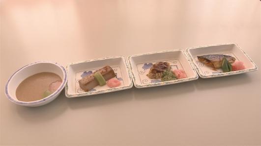 ㉀食事形態左から普通食。刻み食。ソフト食。ミキサー食 (1)